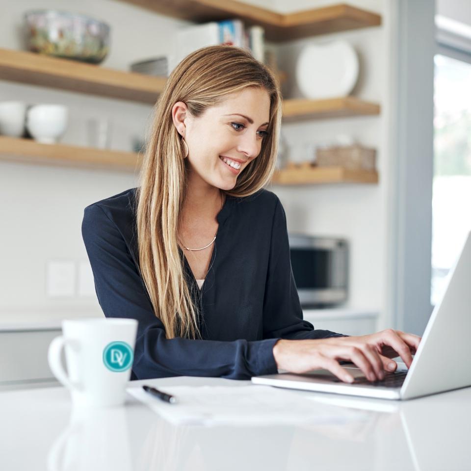 Cliente regardant les annonces de l'Agence immobilière Désormière & Vanhalst depuis son espace personnel